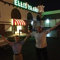 Foto diambil di Ellis Island Casino & Brewery oleh Foxy pada 6/2/2012