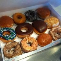 Das Foto wurde bei Krispy Kreme Doughnuts von Matt B. am 4/24/2012 aufgenommen