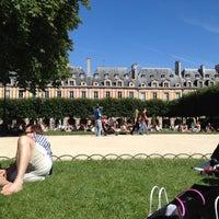Das Foto wurde bei Place des Vosges von Gabi M. am 7/22/2012 aufgenommen
