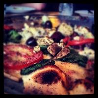 Foto tomada en West Crust Artisan Pizza por Carrie Meghan F. el 5/11/2012