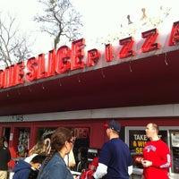 Foto scattata a Home Slice Pizza da Sam U. il 2/19/2012