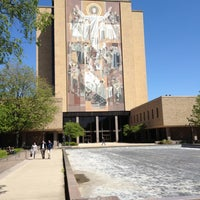 Foto diambil di Hesburgh Library oleh Paul D. pada 4/27/2012