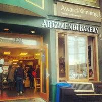 7/27/2012 tarihinde Mandi B.ziyaretçi tarafından Arizmendi Bakery'de çekilen fotoğraf