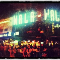 Foto scattata a Wala Wala Cafe Bar da watfishoo il 9/6/2012