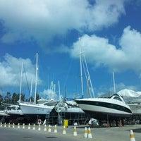 Снимок сделан в Royal Phuket Marina пользователем Pariyanuchy J. 7/22/2012