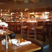 Foto tirada no(a) Elements Urban Tapas Lounge por Lindsay em 3/13/2012