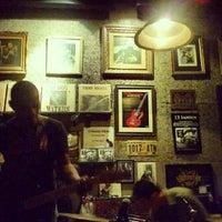 Photo prise au Adhere the 13th Blues Bar par Pawenaporn F. le7/12/2012