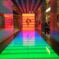 รูปภาพถ่ายที่ The Beatles LOVE (Cirque du Soleil) โดย Victor P. เมื่อ 8/12/2012
