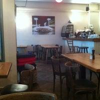 5/30/2012 tarihinde chip l.ziyaretçi tarafından Zula Hummus Café'de çekilen fotoğraf