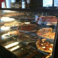 Foto scattata a Pizzeria Luigi da Jeff P. il 4/19/2012