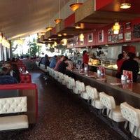 2/4/2012 tarihinde Gene B.ziyaretçi tarafından Pann's Restaurant & Coffee Shop'de çekilen fotoğraf