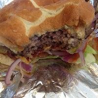 Das Foto wurde bei Burger Shoppe von Ramses M. am 6/23/2012 aufgenommen