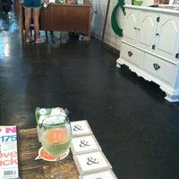 Das Foto wurde bei Melrose & McQueen Salon von Lauren Z. am 4/6/2012 aufgenommen