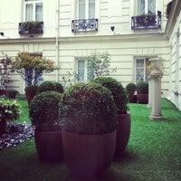 Foto diambil di Hôtel Westminster oleh Елена М. pada 4/23/2012