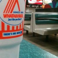 Das Foto wurde bei Whataburger von Roberto A. am 8/19/2012 aufgenommen