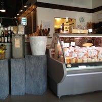 Das Foto wurde bei C'est Cheese von Julia K. am 4/14/2012 aufgenommen