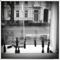 Das Foto wurde bei SMALL ROOM BIG IDEAS von Jonas B. am 5/9/2012 aufgenommen