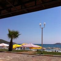 Foto tirada no(a) Bizbize Beach por Ceren K. em 8/19/2012