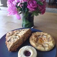 5/19/2012 tarihinde Nell A.ziyaretçi tarafından Blossom Bakery'de çekilen fotoğraf