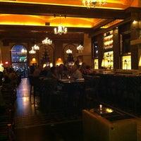 Foto scattata a OAK Long Bar + Kitchen da Chris H. il 8/26/2012