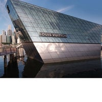 Foto scattata a Louis Vuitton Island Maison da EsuNYC .. il 4/17/2012