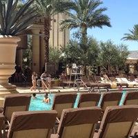 Foto tomada en Azure Luxury Pool (Palazzo) por Cheryl C. el 7/25/2012
