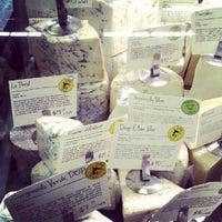 Foto tomada en Antonelli's Cheese Shop por Darron D. el 8/18/2012