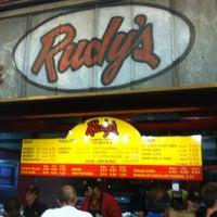 Photo prise au Rudy's Country Store & Bar-B-Q par Jamil S. le3/1/2012