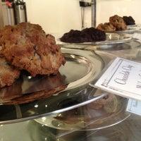 Foto tomada en Levain Bakery por Jesse M. el 8/1/2012
