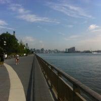7/27/2012 tarihinde Siobhan Q.ziyaretçi tarafından East River Park'de çekilen fotoğraf
