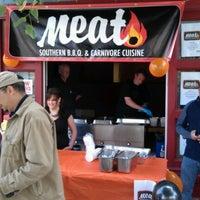 Foto tomada en Meat. Southern B.B.Q. & Carnivore Cuisine por Christopher H. el 6/2/2012