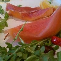 Foto tirada no(a) Menomalé Pizza Napoletana por Jennie T. em 5/10/2012