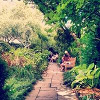 Das Foto wurde bei The Garden at St. Luke in the Fields von Taylor am 7/29/2012 aufgenommen