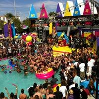 Foto tirada no(a) Palms Pool & Dayclub por Angie G. em 3/20/2012