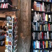 3/11/2012 tarihinde Alessandra K.ziyaretçi tarafından The American Book Center'de çekilen fotoğraf