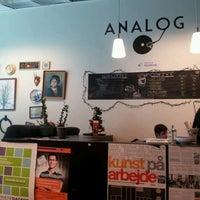 Foto tirada no(a) Café Analog por Fleur J. em 3/14/2012