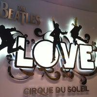 Das Foto wurde bei The Beatles LOVE (Cirque du Soleil) von Emily am 6/24/2012 aufgenommen