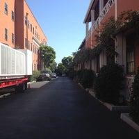 Foto tomada en Raleigh Studios Hollywood por Christine C. el 8/2/2012