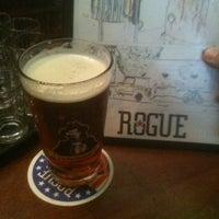 4/20/2012 tarihinde Keegan D.ziyaretçi tarafından Rogue Ales Public House & Distillery'de çekilen fotoğraf