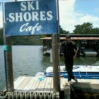 Das Foto wurde bei Ski Shores Waterfront Cafe von Gregory T. am 7/26/2012 aufgenommen