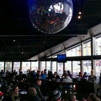 Foto tomada en (GLC) Garibaldi Lift Co. Bar & Grill por Steve M. el 3/21/2012