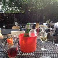 Das Foto wurde bei Bacchanal Wine von Kelly am 7/28/2012 aufgenommen