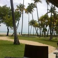 Foto diambil di Las Palmas Cafe @ Copamarina Beach Resort oleh Ozge D. pada 8/5/2012