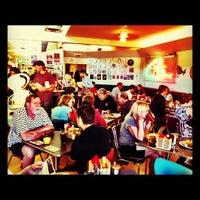 รูปภาพถ่ายที่ Diner Deluxe โดย Chelsea S. เมื่อ 8/18/2012