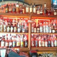 Foto tirada no(a) Rum Bar at the Speakeasy Inn por Bahama Bob L. em 4/27/2012