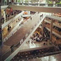 Foto tirada no(a) Millennium Mall por Andrés Leonardo G. em 7/20/2012