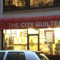 Foto tomada en The City Quilter por Elisabeth J. el 2/23/2012