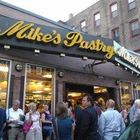 5/26/2012 tarihinde Caroline S.ziyaretçi tarafından Mike's Pastry'de çekilen fotoğraf
