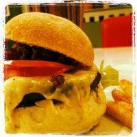 Foto tirada no(a) Cadilac American Burger por Anderson C. em 2/26/2012