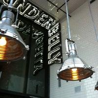 Das Foto wurde bei UnderBelly von Amber H. am 6/2/2012 aufgenommen